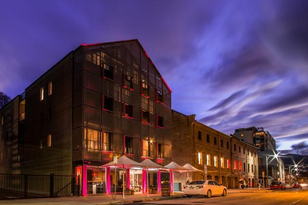Salamanca Wharf Hotel at night