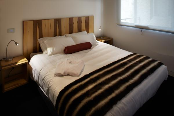 King sized bed Premium Apartment Salamanca Wharf Hotel